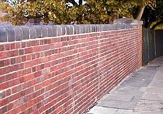 Muur met graffiti na behandeling met graffiti remover