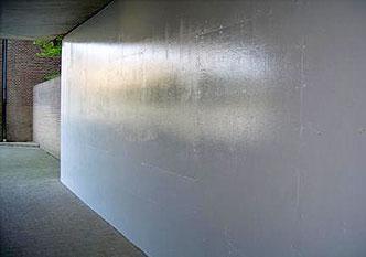 Tunnel met graffiti na behandeling met graffiti remover