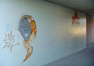 Tunnel met graffiti voor behandeling met graffiti remover