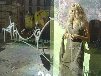 De etalage met graffiti voor de glas polijsten met Glass scratchy.