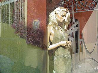 De etalage met graffiti na een deel van de behandeling met Glass scratchy.