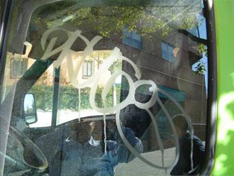 Verwijderen van graffiti van de autoruit met Glass scratchy.