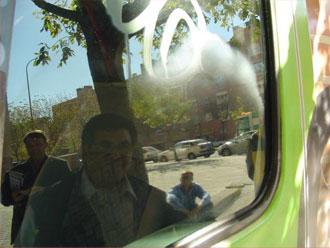 De autoruit met graffiti na een deel van de behandeling met Glass scratchy.